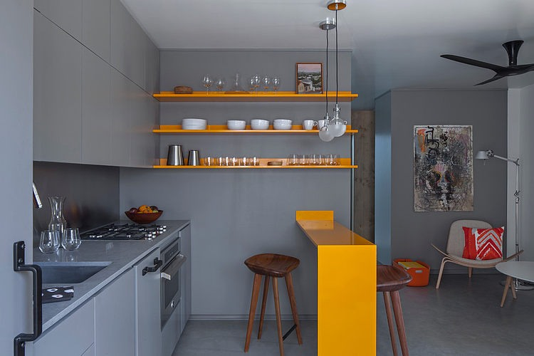Узкая барная стойка является удачным решением для маленьких квартир, где трудно разместить большой, или даже небольшой, обеденный стол.