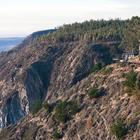 Дом построен на скале и практически не заметен.