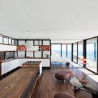 Гостиная и кухня образуют единое помещение. (архитектура,дизайн,экстерьер,интерьер,дизайн интерьера,мебель,минимализм,кухня,дизайн кухни,интерьер кухни,кухонная мебель,мебель для кухни,гостиная,дизайн гостиной,интерьер гостиной,мебель для гостиной,столовая,дизайн столовой,интерьер столовой,мебель для столовой)