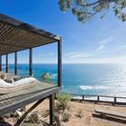 Несколько ниже дома расположен песчаный пляж. (архитектура,дизайн,экстерьер,интерьер,дизайн интерьера,мебель,минимализм,на открытом воздухе,патио,балкон,терраса)