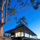 Ограждение террасы выполнено из стекла дабы не создавать барьера между интерьером и окружающим пейзажем. (архитектура,дизайн,экстерьер,интерьер,дизайн интерьера,мебель,минимализм,фасад)
