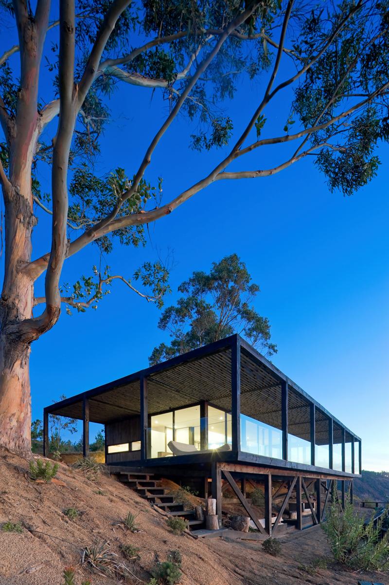 Ограждение террасы выполнено из стекла дабы не создавать барьера между интерьером и окружающим пейзажем.