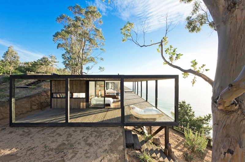 Современный деревянный дом в стиле минимализм в один уровень с просторной террасой.