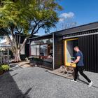 Вход в офис расположен ближе к воротам во двор. (минимализм,архитектура,дизайн,экстерьер,интерьер,дизайн интерьера,мебель,маленький дом,индустриальный,лофт,винтаж,стиль лофт,индустриальный стиль,вход,прихожая,на открытом воздухе,патио,балкон,терраса,фасад,парковка,гараж,стоянка,авто)