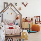 Интересная детская с кроватью-домом и большим сундуком для игрушек. (детская,игровая,детская комната,детская спальня,дизайн детской,интерьер детской,интерьер,дизайн интерьера,мебель,скандинавский)