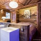 Главная спальня. В изножье двуспальной кровати установлены два умывальника. (деревенский,сельский,кантри,дизайн,интерьер,дизайн интерьера,мебель,квартиры,апартаменты,спальня,дизайн спальни,интерьер спальни,ванна,санузел,душ,туалет,дизайн ванной,интерьер ванной,сантехника,кафель)