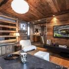 Телевизор в деревянном интерьере воспринимается скорее как картина.