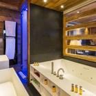 Ванна и душ в главной спальне. Рядом с ванной находится решетчатое окно в гостиную, которое можно закрыть роллетом. (деревенский,сельский,кантри,дизайн,интерьер,дизайн интерьера,мебель,квартиры,апартаменты,ванна,санузел,душ,туалет,дизайн ванной,интерьер ванной,сантехника,кафель)