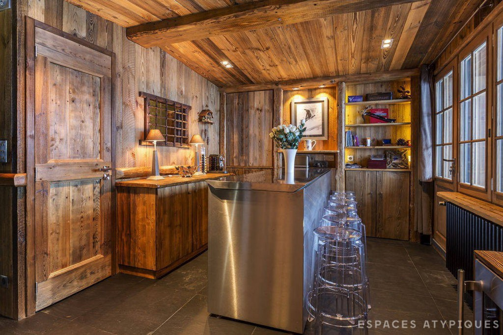 Кухня с кухонным островом из нержавейки.