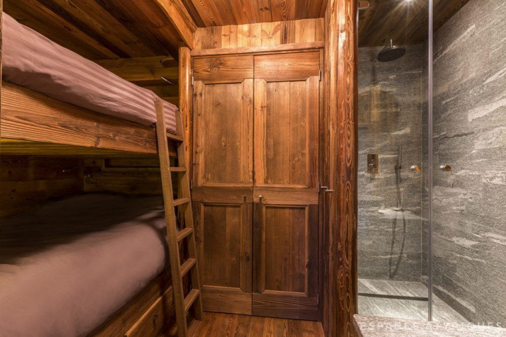 Спальня с двухъярусной кроватью и душевой прямо в спальне.