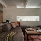 Гостиная расположена за кухней и отделена от нее перегородкой с полупрозрачным проемом.