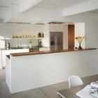 Кухня является центром дневной части дома, с одной стороны от нее находится кухня, а с другой гостиная. (1950-70е,середина 20-го века,архитектура,дизайн,экстерьер,интерьер,дизайн интерьера,мебель,кухня,дизайн кухни,интерьер кухни,кухонная мебель,мебель для кухни,столовая,дизайн столовой,интерьер столовой,мебель для столовой)