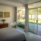 Родительская спальня с остекленной стеной выходящей во внутренний дворик, что характерно для домов Эйхлера.