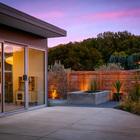 Терраса за домом. Подсвеченный деревянный забор отлично смотрится в вечернее время. (1950-70е,середина 20-го века,архитектура,дизайн,экстерьер,интерьер,дизайн интерьера,мебель,на открытом воздухе,патио,балкон,терраса,фасад)