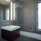 Ванная комната простая с серым кафелем.