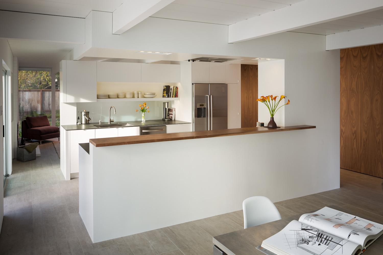 Кухня является центром дневной части дома, с одной стороны от нее находится кухня, а с другой гостиная
