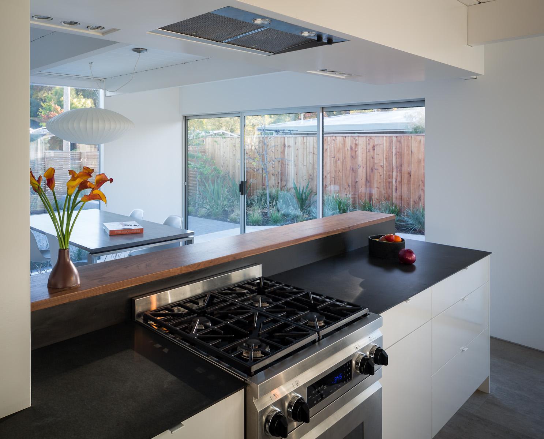 Кухню отделяет от столовой кухонный остров.