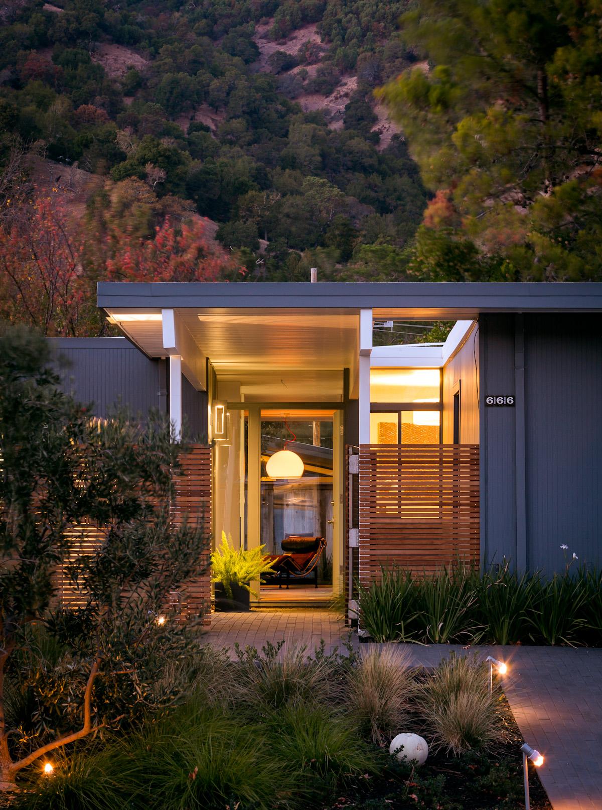 От входа, при открытой двери, дом просматривается насквозь до внутреннего двора