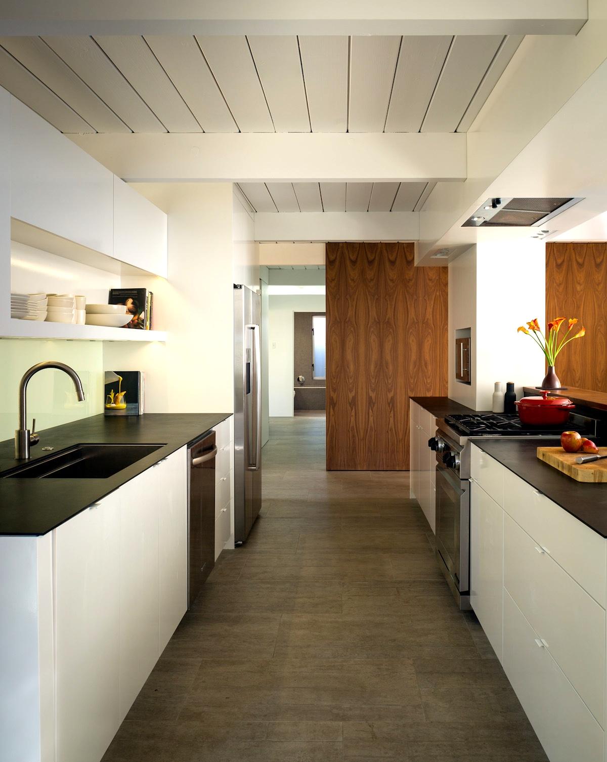 Современная кухня с новой бытовой техникой отлично вписалась в модернистский дом середины прошлого века
