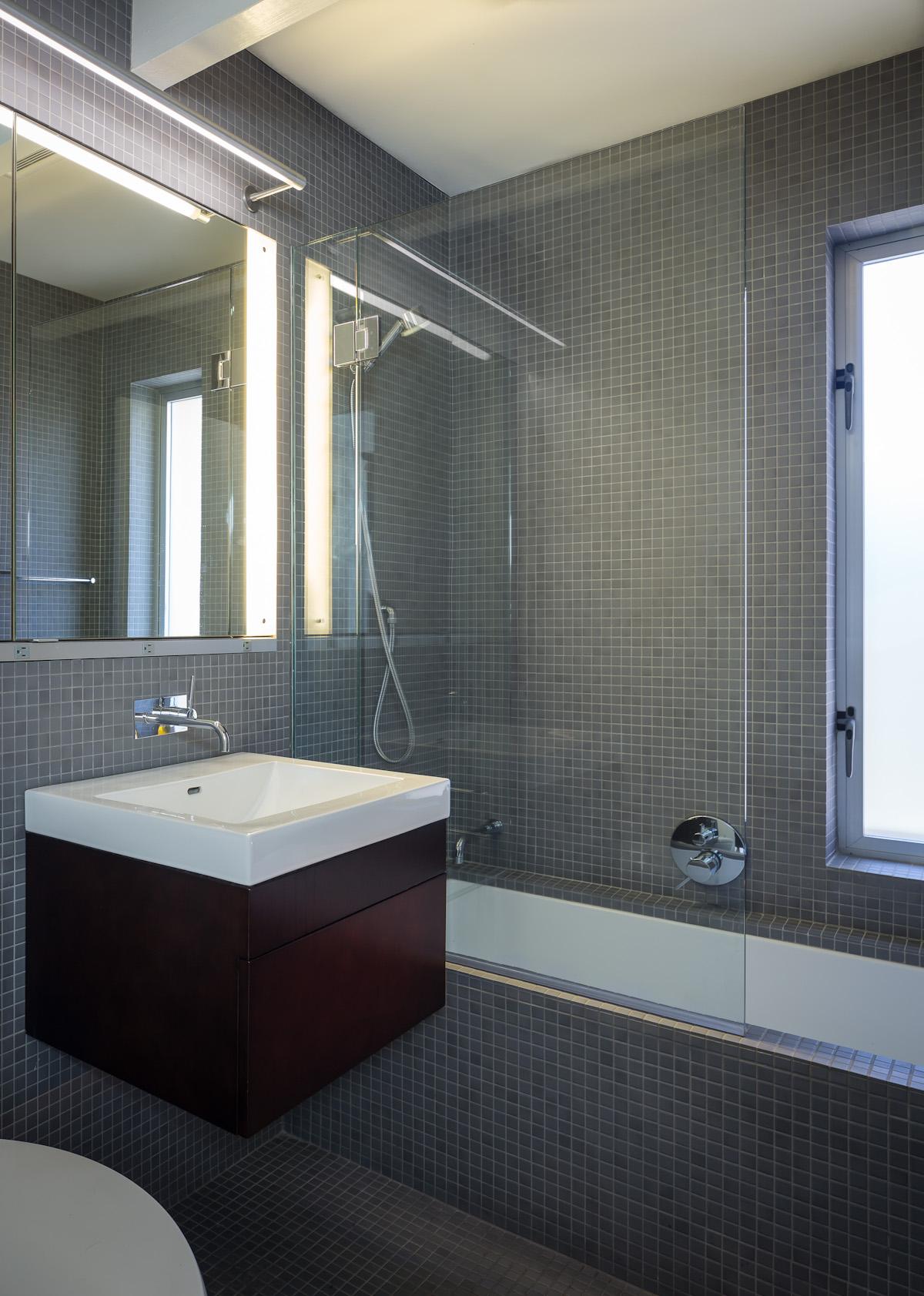 Ванная комната простая с серым кафелем