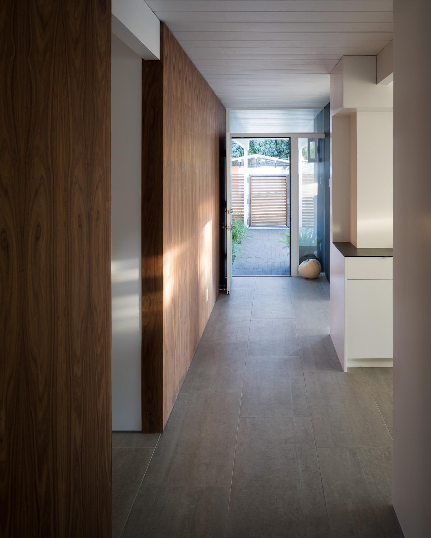 Вход в дом и коридор