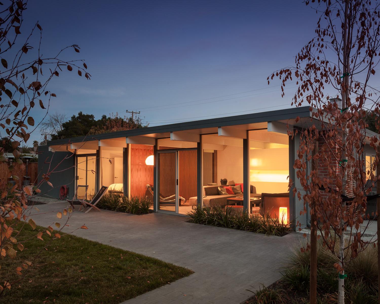 Задний двор за домом. Как почти все дома Эйхлера, этот открывается на задний двор посредством остекленной стены.
