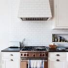 Бруклинская кухня Елизаветы Робертс. Вытяжка выложенная плиткой и выложенная кафелем ниша для хранения. (кухня,дизайн кухни,интерьер кухни,кухонная мебель,мебель для кухни,интерьер,дизайн интерьера,мебель)