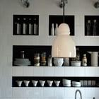 Кафельная стена с контрастными черными нишами для хранения, французского дизайнера Марины Эвеноу. (кухня,дизайн кухни,интерьер кухни,кухонная мебель,мебель для кухни,интерьер,дизайн интерьера,мебель)