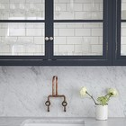 Кухня дизайнера Джейми Блейка в Лондоне. Кухонные шкафчики внутри выложены кафельной плиткой. (кухня,дизайн кухни,интерьер кухни,кухонная мебель,мебель для кухни,интерьер,дизайн интерьера,мебель)