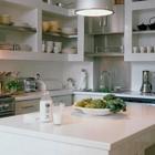 Кухня в Бостоне с интересными полками в кафеле и основанием кухонного острова.