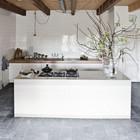Нидерланды, дом дизайнеров Инны и Мэтта с обложены кафелем кухонным островом и стенами.