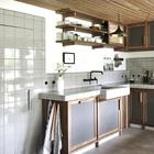 Плиткой выложен не только кухонный фартук, но и встроенный холодильник. Если присмотреться видно кафельную ручку. (кухня,дизайн кухни,интерьер кухни,кухонная мебель,мебель для кухни,интерьер,дизайн интерьера,мебель)