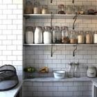 Выложенная кафелем кладовая в загородном доме. (кухня,дизайн кухни,интерьер кухни,кухонная мебель,мебель для кухни,интерьер,дизайн интерьера,мебель)