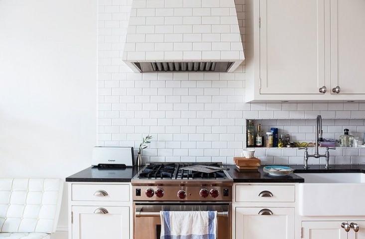 Бруклинская кухня Елизаветы Робертс. Вытяжка выложенная плиткой и выложенная кафелем ниша для хранения.