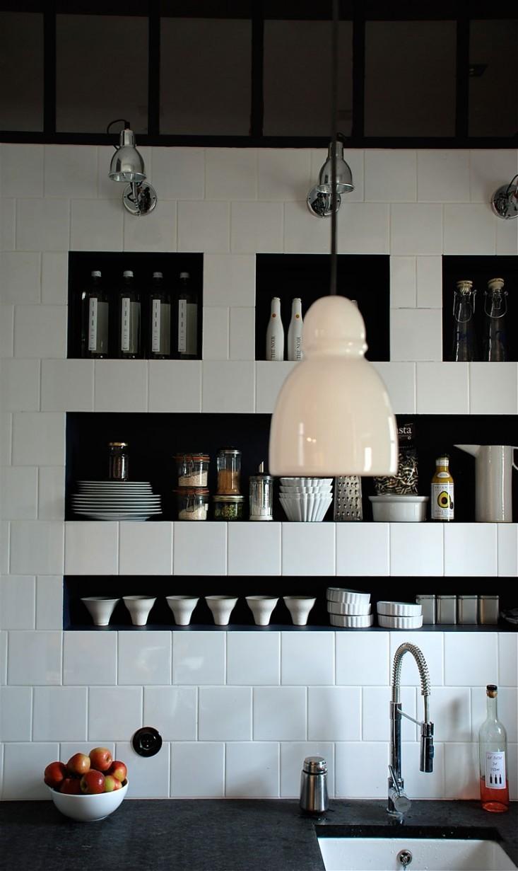 Кафельная стена с контрастными черными нишами для хранения, французского дизайнера Марины Эвеноу.