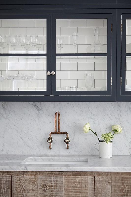 Кухня дизайнера Джейми Блейка в Лондоне. Кухонные шкафчики внутри выложены кафельной плиткой.
