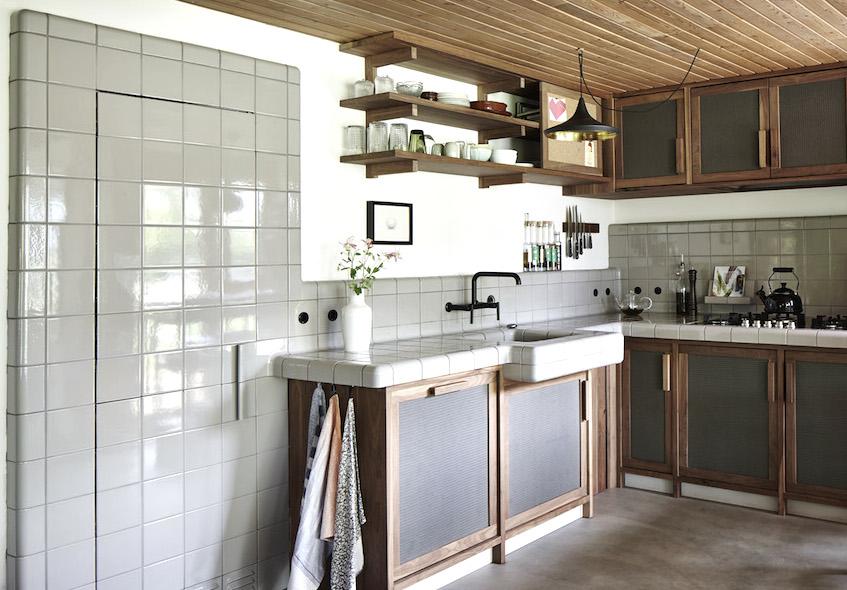 Плиткой выложен не только кухонный фартук, но и встроенный холодильник. Если присмотреться видно кафельную ручку.