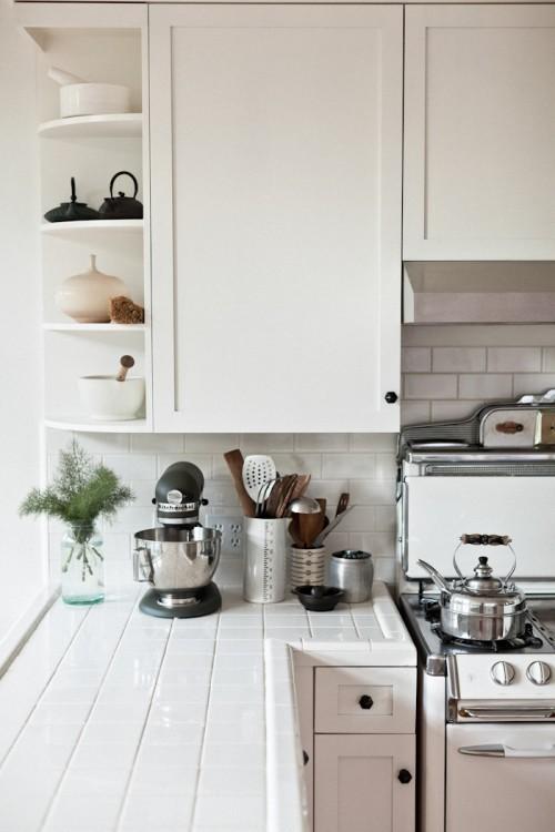 Выложенные кафелем кухонные столешницы в доме фотографа Эрин Скотт.
