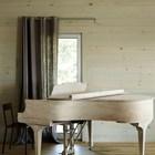 Даже рояль подобран в тон к светлому деревянному интерьеру.