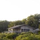 Дом в зарослях зелени.