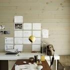 Домашний офис пары дизайнеров. Эскизы можно вешать прямо на деревянную стену. Внимание привлекает желтая настольная лампа в стиле середины 20-го века.