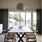 Просторная столовая с большим столом для всей семьи.