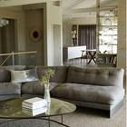 Столовая и гостиная разделены весьма условно. Между ними на полочках расположилась коллекция стеклянных банок. (1950-70е,середина 20-го века,архитектура,дизайн,экстерьер,интерьер,дизайн интерьера,мебель,гостиная,дизайн гостиной,интерьер гостиной,мебель для гостиной,столовая,дизайн столовой,интерьер столовой,мебель для столовой)