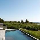 Удивительно как бассейн простой геометрической формы гармонирует с окружающей природой. (1950-70е,середина 20-го века,архитектура,дизайн,экстерьер,интерьер,дизайн интерьера,мебель,на открытом воздухе,патио,балкон,терраса)