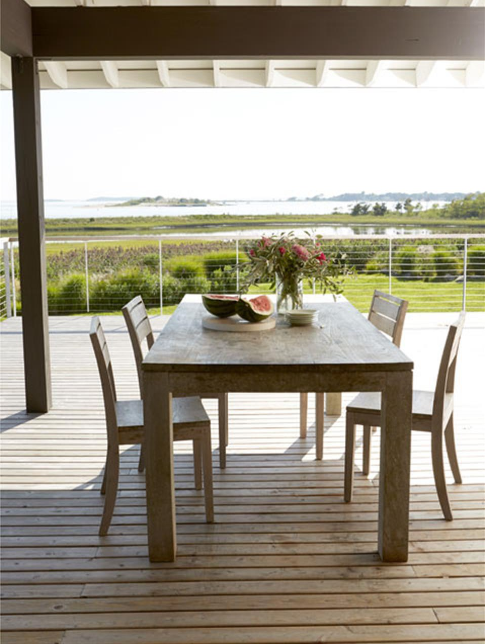 Терраса является отличным местом для летней столовой.