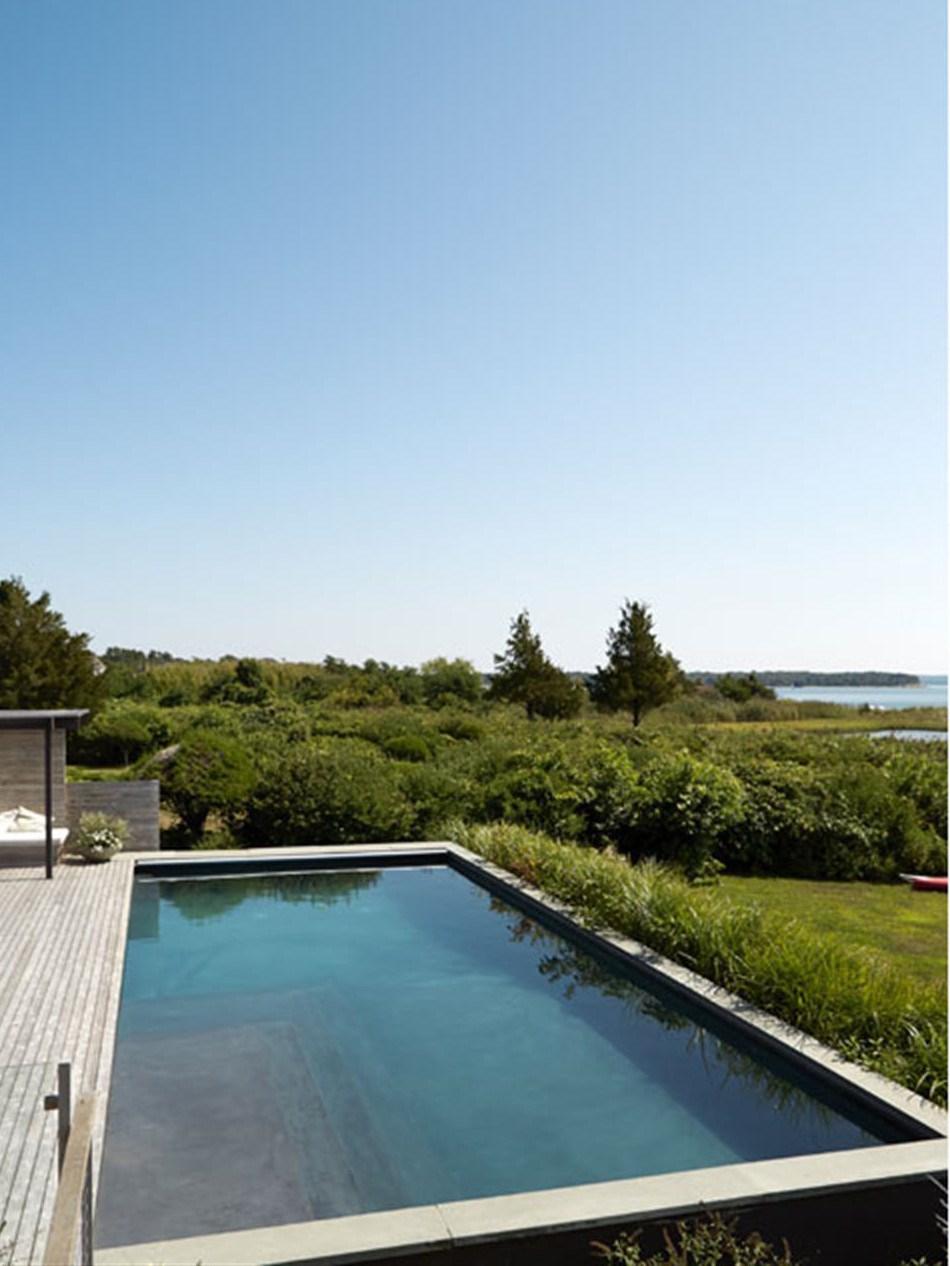 Удивительно как бассейн простой геометрической формы гармонирует с окружающей природой.