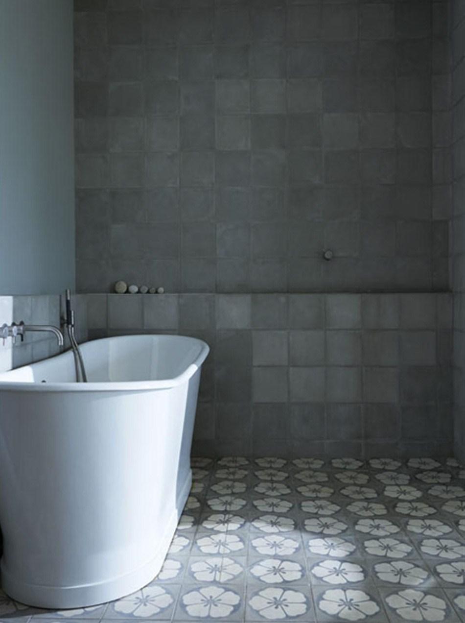 Ванна выполнена в серых тонах. Одна из стен имитирует бетонные блоки.