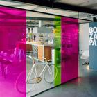 Цветная перегородка из поликарбоната между гостиной и столовой оживляет пространство.