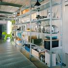 Кухонные стеллажи одновременно служат перегородкой с коридором.