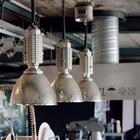 Неотъемлемые атрибуты промышленного лофта - промышленного вида плафоны и вытяжка.